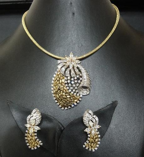 Antique diamond pendant : Antique diamond pendant set view specifications