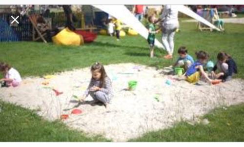 孩子们在沙滩上玩耍