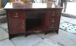 Batcha Furnitures Wooden Modern Office Table, No. Of Drawers: 3 Drawer, for Corporate Office