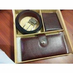 皮革棕色钱包和皮带套