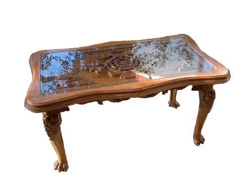 Attirant Carved Wooden Table
